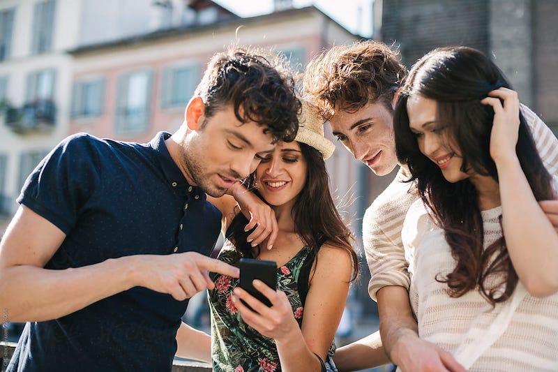 Amigos usando o celular em viagem