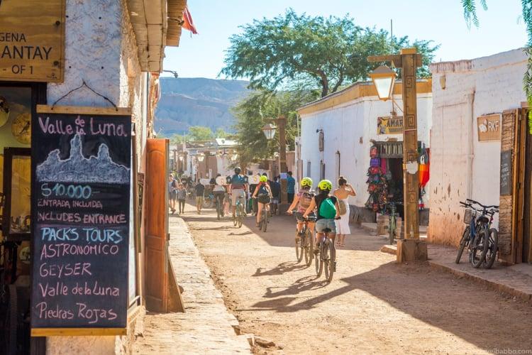 Passear de bicicleta no centro e visitar as feiras artesanais com as crianças