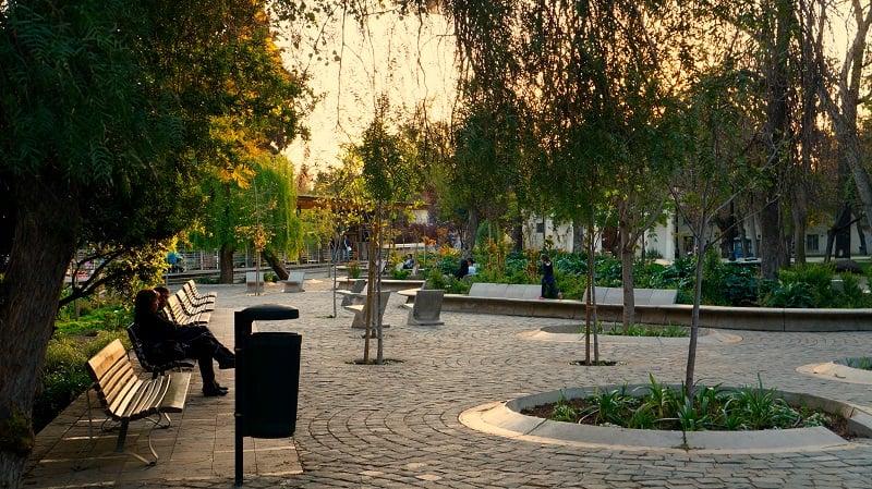 Passear pelo Parque Quinta Normal em Santiago no mês de março
