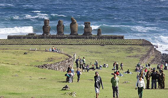 Turistas andando na Aldeia Tahai na Ilha de Páscoa