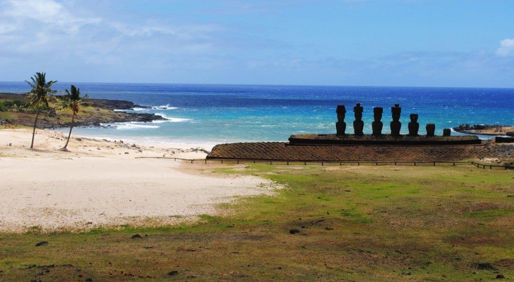 Plataforma Ahu Nau Nau e a Praia Anakena na Ilha de Páscoa
