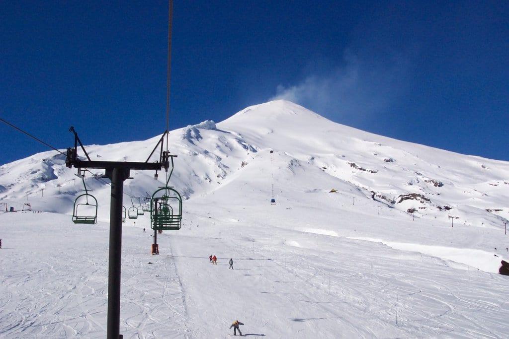 Esqui na encosta do Vulcão Villarrica em Pucón, Chile
