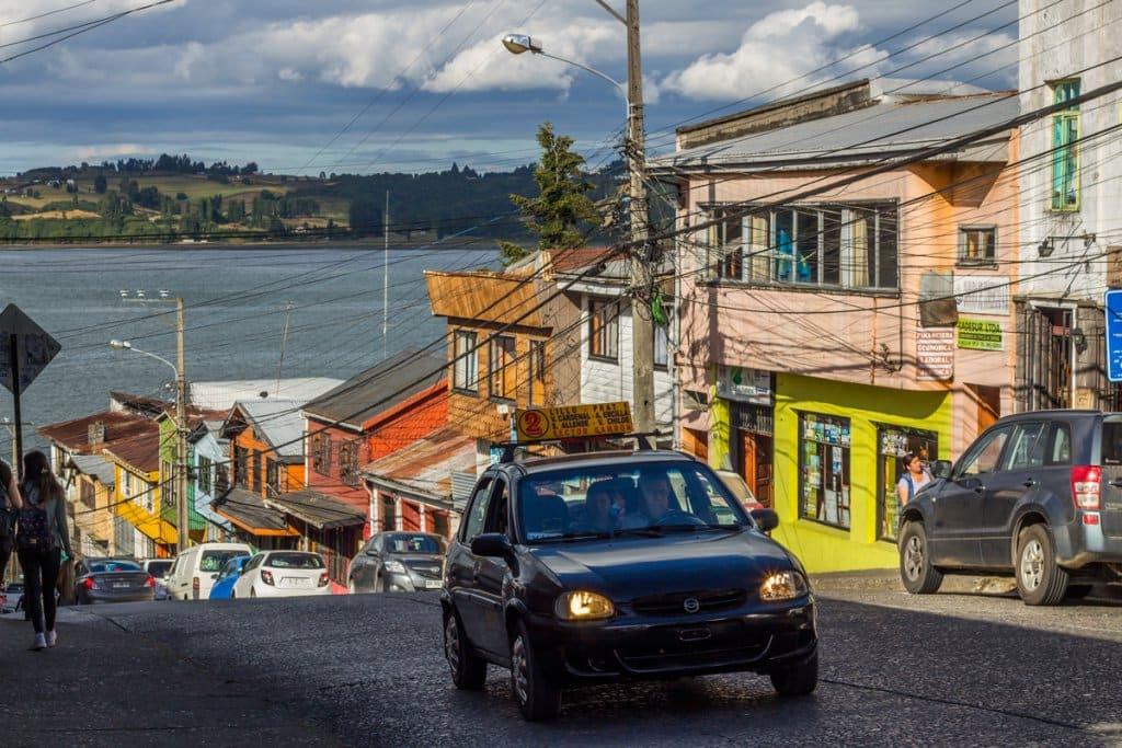 Carros em rua chilena