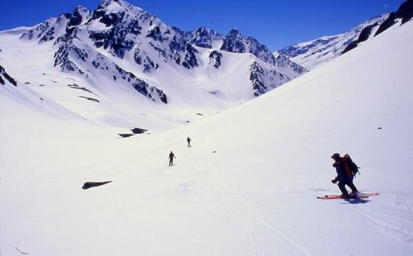 Pessoas esquiando