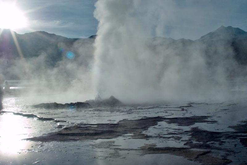 Geyser del Tatio em San Pedro de Atacama no Chile: fumaça de água